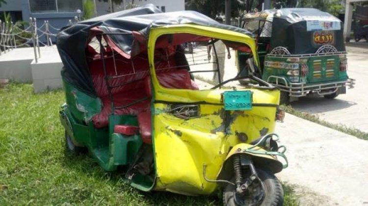 Autorickshaw smashed in Khulna, driver killed